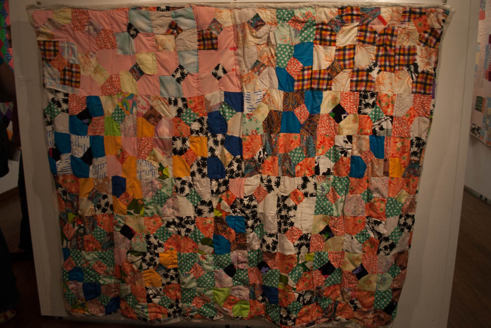 Bow-tie patterned quilt